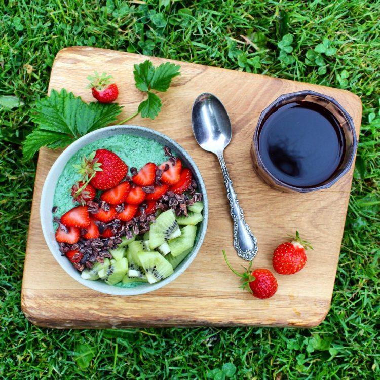 Grøn smoothiebowl med spinat og avocado - Vegansk opskrift - Mad med glød