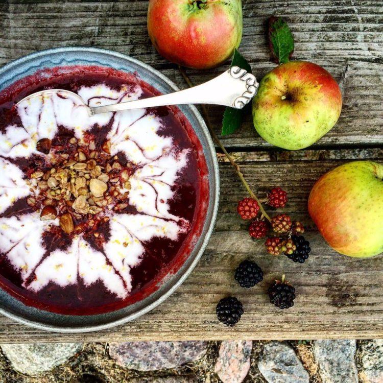Æble- brombærsuppe med ristet crunch - Plantebaseret / Vegansk opskrift - Mad med glød