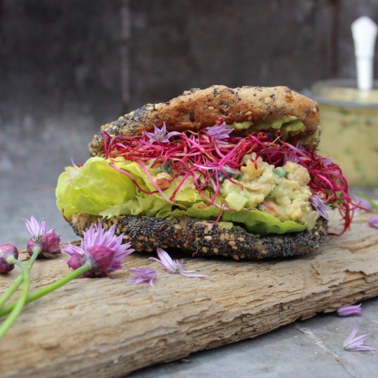 Kikærtepålæg med avocado, agurk og purløg - Plantebaseret / Vegansk opskrift - Mad med glød