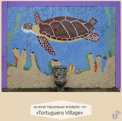 Mosaik-Schildkröte an einer Hausmauer beim Rundgang im «Tortuguero Village» entdeckt {Reisetagebuch Costa Rica: Tag 19}