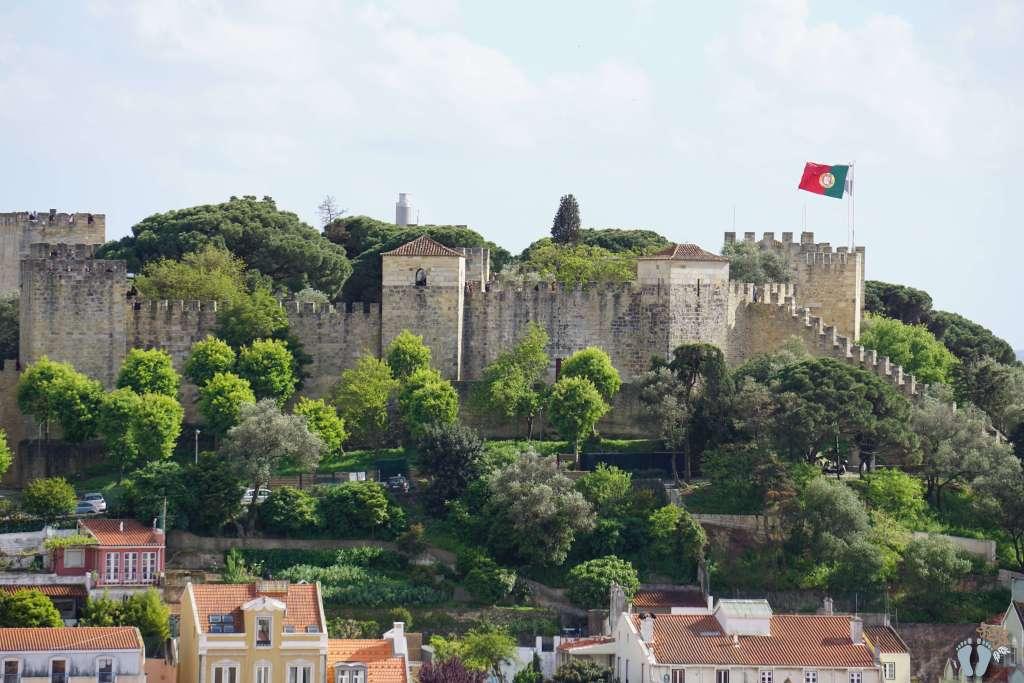 Blick vom Aussichtspunkt «Miradouro da Graça» auf den Berg mit dem «Castelo de São Jorge» {Reisetagebuch Lissabon: Tag 01}