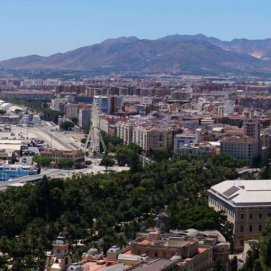 Blick vom «Castillo de Gibralfaro» auf «Málaga»: Hafen und «Catedral de Málaga» {Andalusien Reisetagebuch}