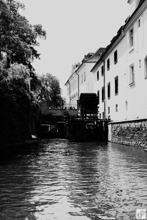 Čertovka-Kanal - im Hintergrund das Mühlrad der ehemaligen Grossprior-Mühle | schwarz-weiß-Fotografie {Reisetagebuch Prag}