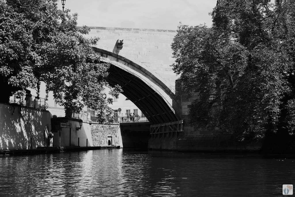 Wassertunnel bei der «Karlsbrücke» - «Karlův most» | schwarz-weiß-Fotografie {Reisetagebuch Prag}