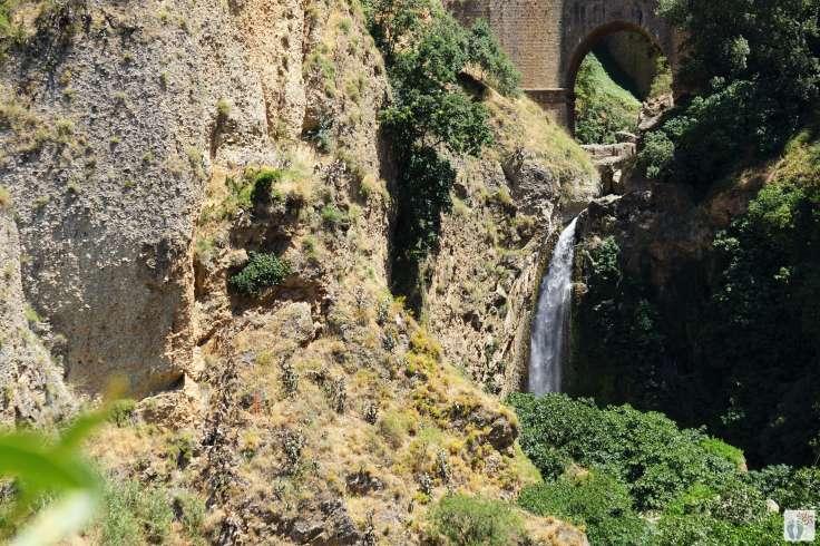 «Ronda»: Wasserfall bei der «Puente Nuevo» - neue Brücke {Andalusien Reisetagebuch}