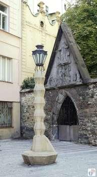 Architektur: kubistische Straßenlaterne mit zickzackförmig gewundenen Konturen - von Emíl Králíček {Reisetagebuch Prag}