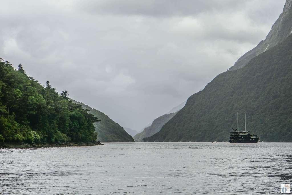 «Doubtful Sound» mit Blick auf die «Fiordland Navigator» {Reisetagebuch «Roadtrip durch Neuseeland mit dem Bus»: «Doubtful Sound Overnight Cruises»}