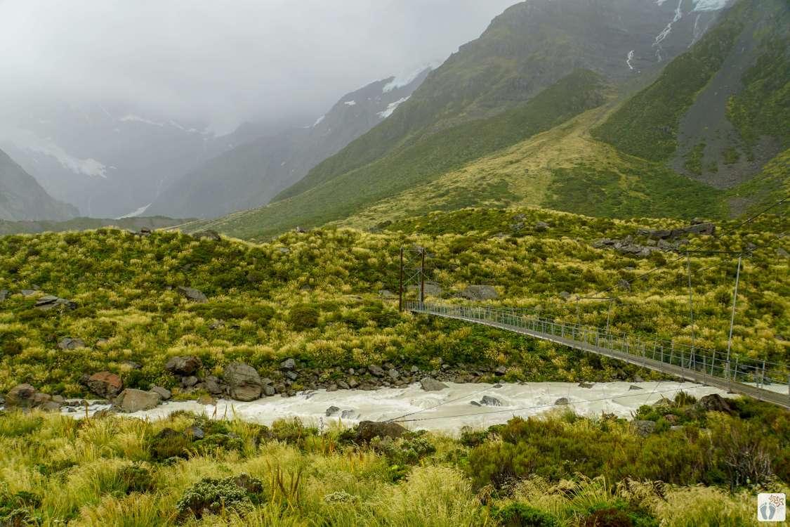 Blick vom «Hooker Valley Track» auf Hängebrücke {Reisetagebuch «Roadtrip durch Neuseeland mit dem Bus»: Aoraki-Mount Cook}