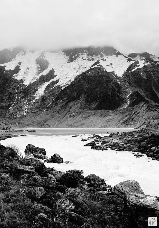 Blick vom «Hooker Valley Track» auf «Mueller Lake» und «Mueller Glacier» {Reisetagebuch «Roadtrip durch Neuseeland mit dem Bus»: Aoraki-Mount Cook}