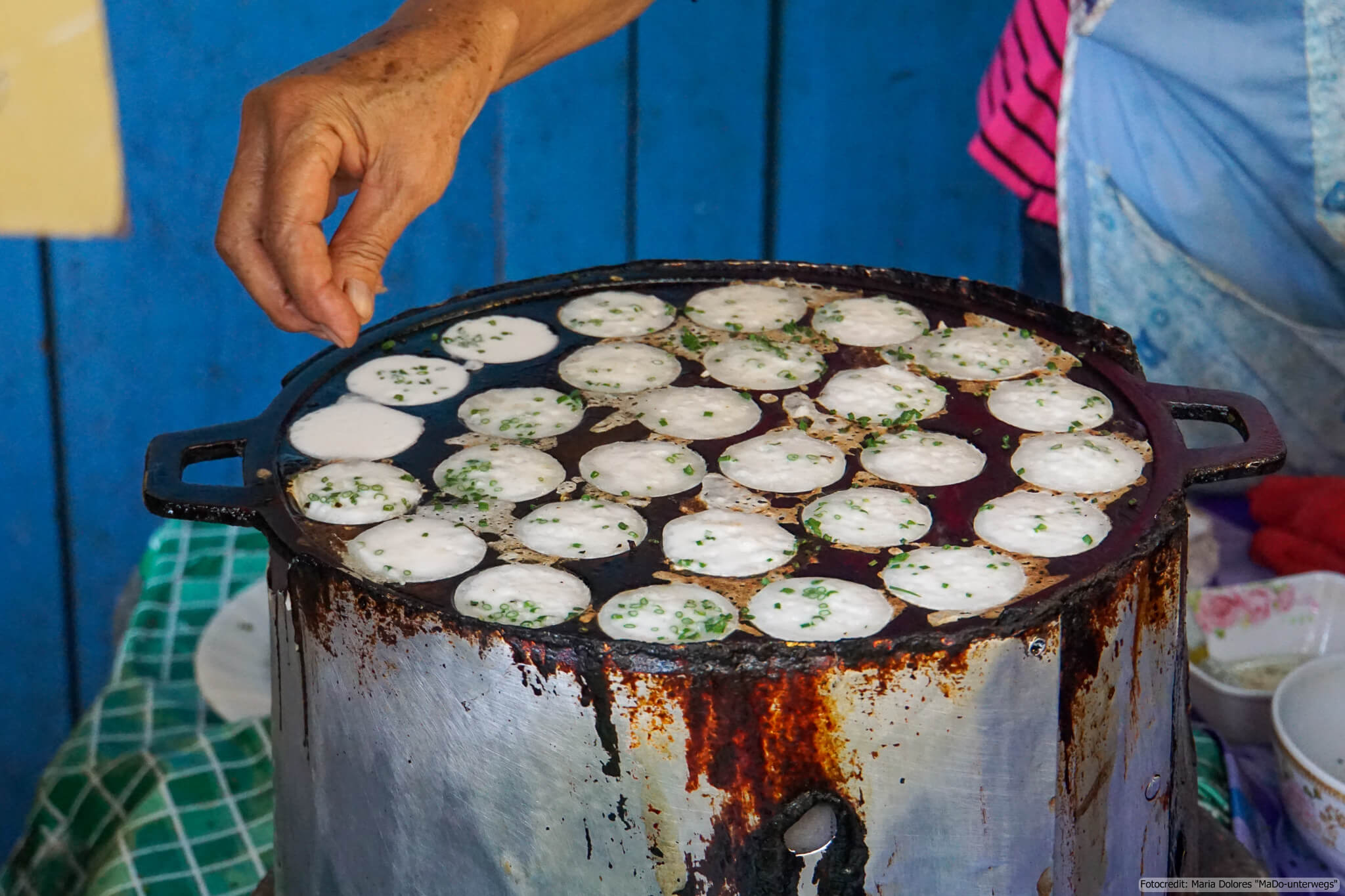 Khanom Krok (Kokos-Reis-Dessert): Topping Frühlingszwiebel (Reisetagebuch «Thailand als Alleinreisende ohne Roller entdecken»)