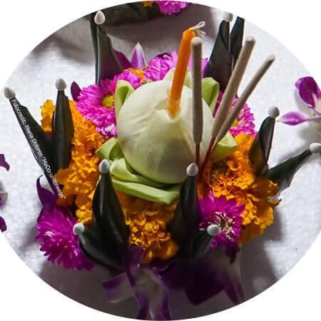 Krathong aus Bananenblättern mit Blumen, Kerze und Räucherstäbchen geschmückt (Reisetagebuch «Thailand als Alleinreisende ohne Roller entdecken»)