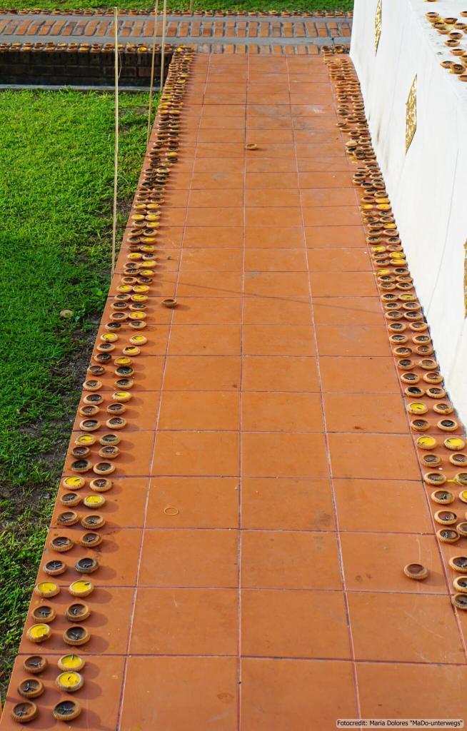 Wat Phra Singh in Chiang Mai: Kerzen in Tonschalen (Reisetagebuch «Thailand als Alleinreisende ohne Roller entdecken»)