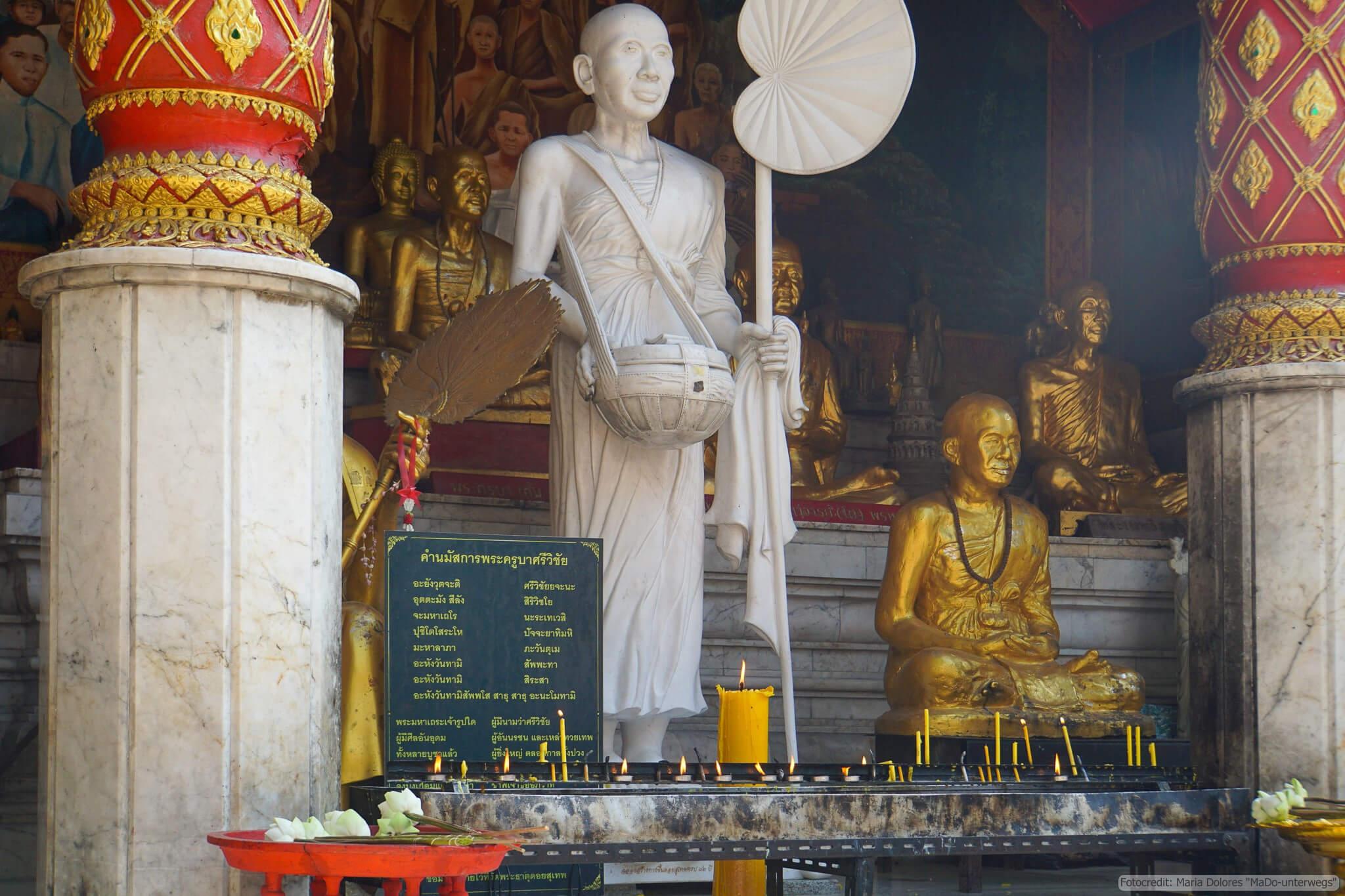 Wat Phra That Doi Suthep bei Chiang Mai: Mönchsstatuen (Reisetagebuch «Thailand als Alleinreisende ohne Roller entdecken»)