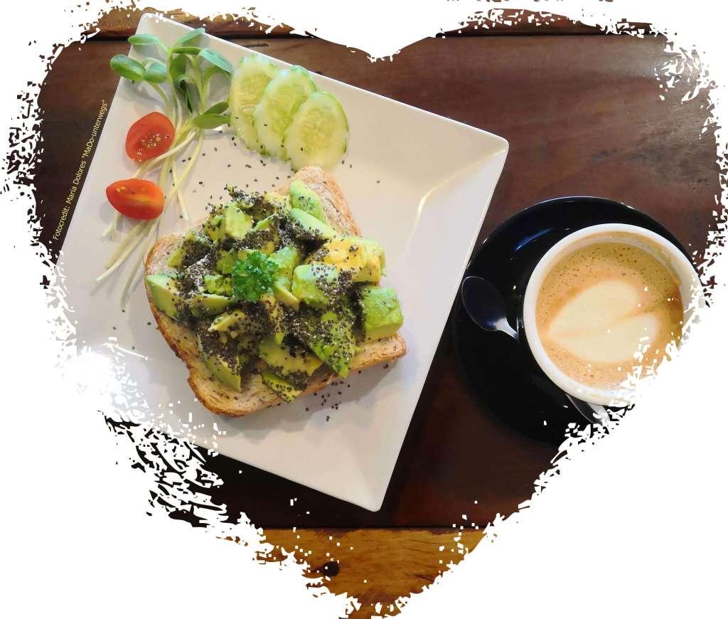 Avocado-Toast und Cappuccino im #Nangnon Coffee# in Chiang Rai (Reisetagebuch «Thailand als Alleinreisende ohne Roller entdecken»)