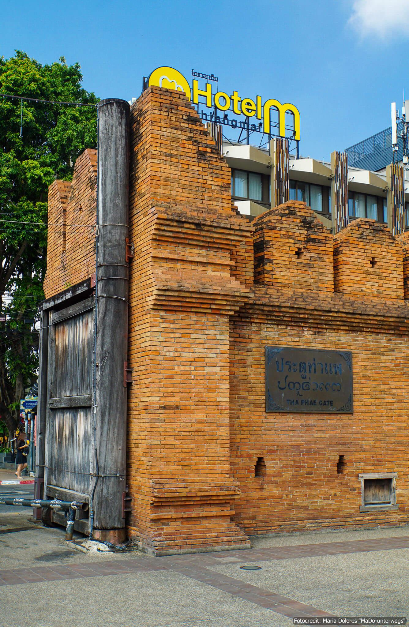 """Stadtmauer """"Tha Pae Gate"""" in Chiang Mai (Reisetagebuch «Thailand als Alleinreisende ohne Roller entdecken»)"""