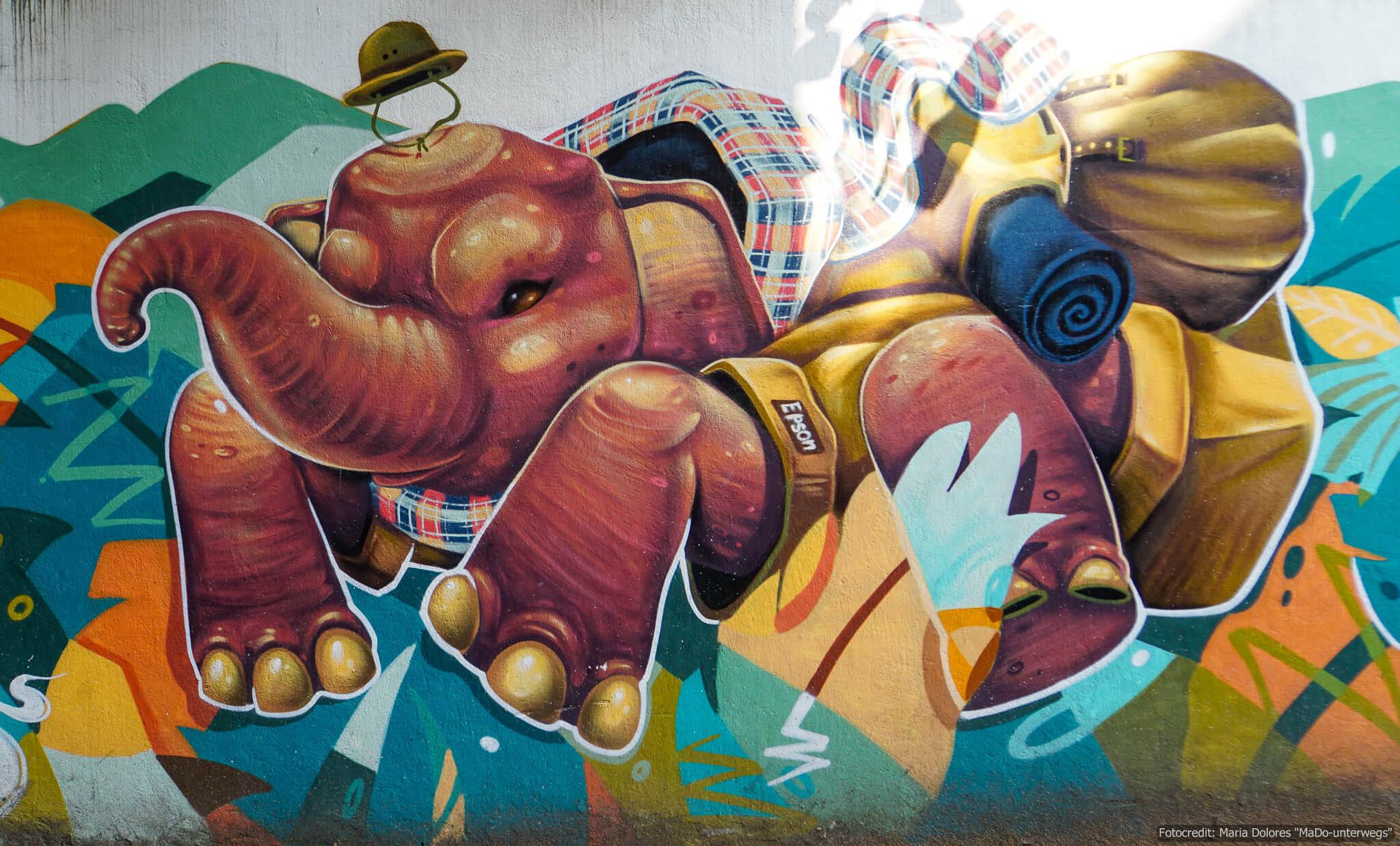 """Street-Art in Chiang Mai """"Elefant mit Safarihut und Rucksack"""" (Reisetagebuch «Thailand als Alleinreisende ohne Roller entdecken»)"""