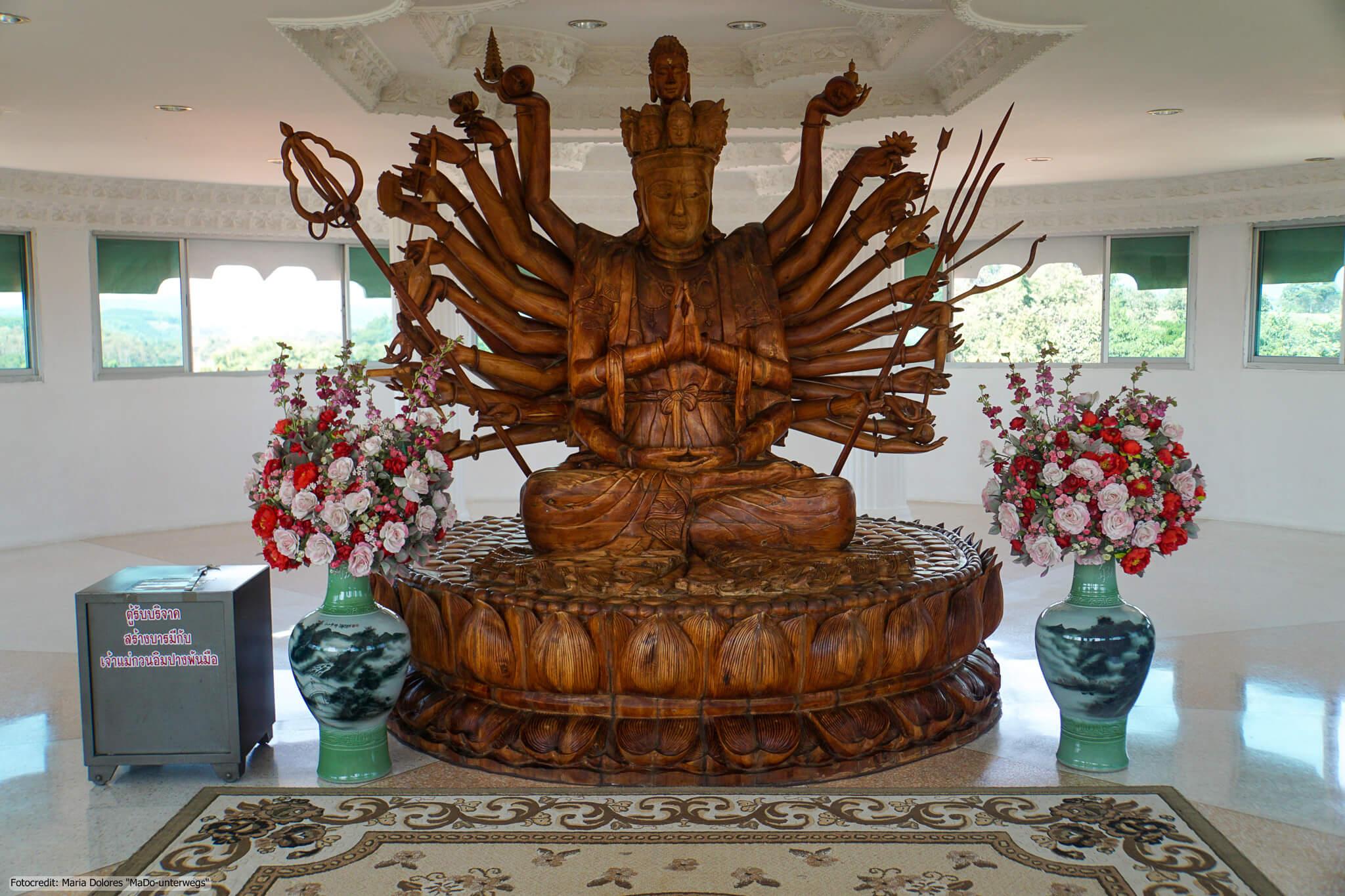 Wat Huay Pla Kang in Chiang Rai - im Inneren des Chedi: Holz-Statue einer Göttin mit mehreren Armen (Reisetagebuch «Thailand als Alleinreisende ohne Roller entdecken»)