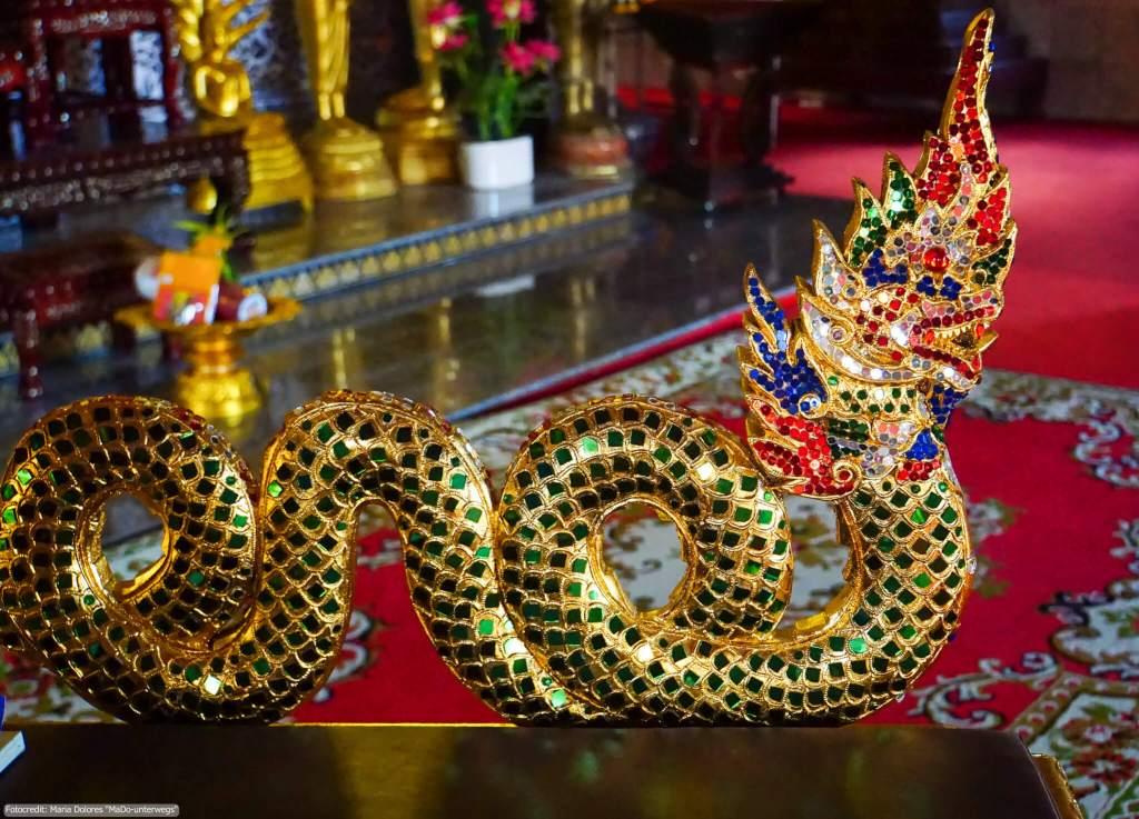 Wat Jed Yod in Chiang Rai - Schlangen-Figur im Ubosot (Reisetagebuch «Thailand als Alleinreisende ohne Roller entdecken»)