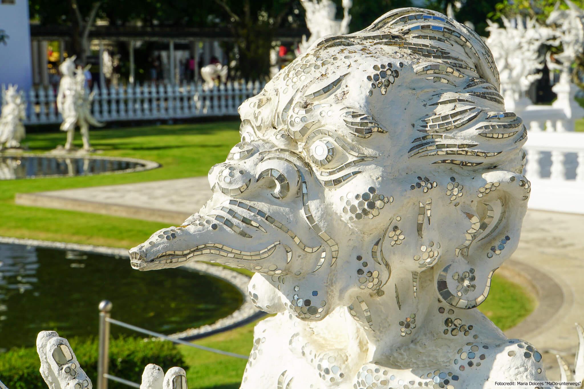 Wat Rong Khun (Weißer Tempel) in Chiang Rai - Statue (Reisetagebuch «Thailand als Alleinreisende ohne Roller entdecken»)