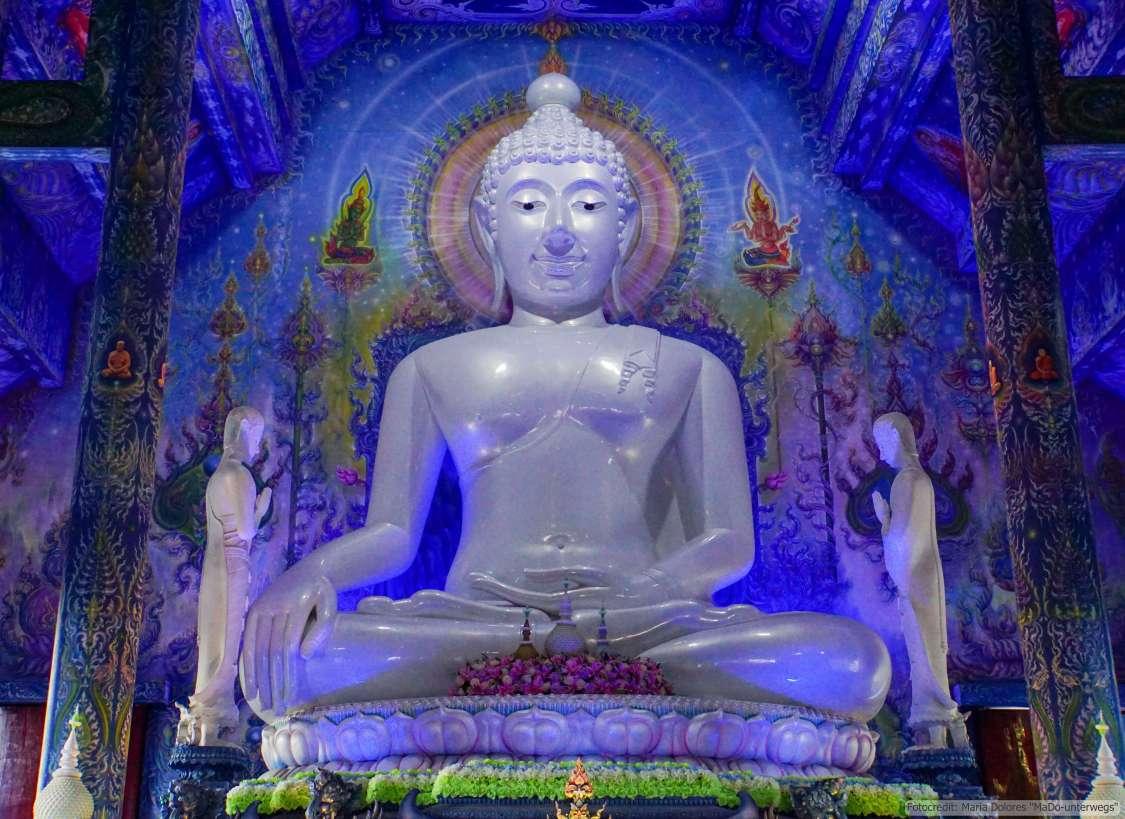 Wat Rong Suea Ten (Blauer Tempel) in Chiang Rai - großer Weißer Buddha im Ubosot (Reisetagebuch «Thailand als Alleinreisende ohne Roller entdecken»)