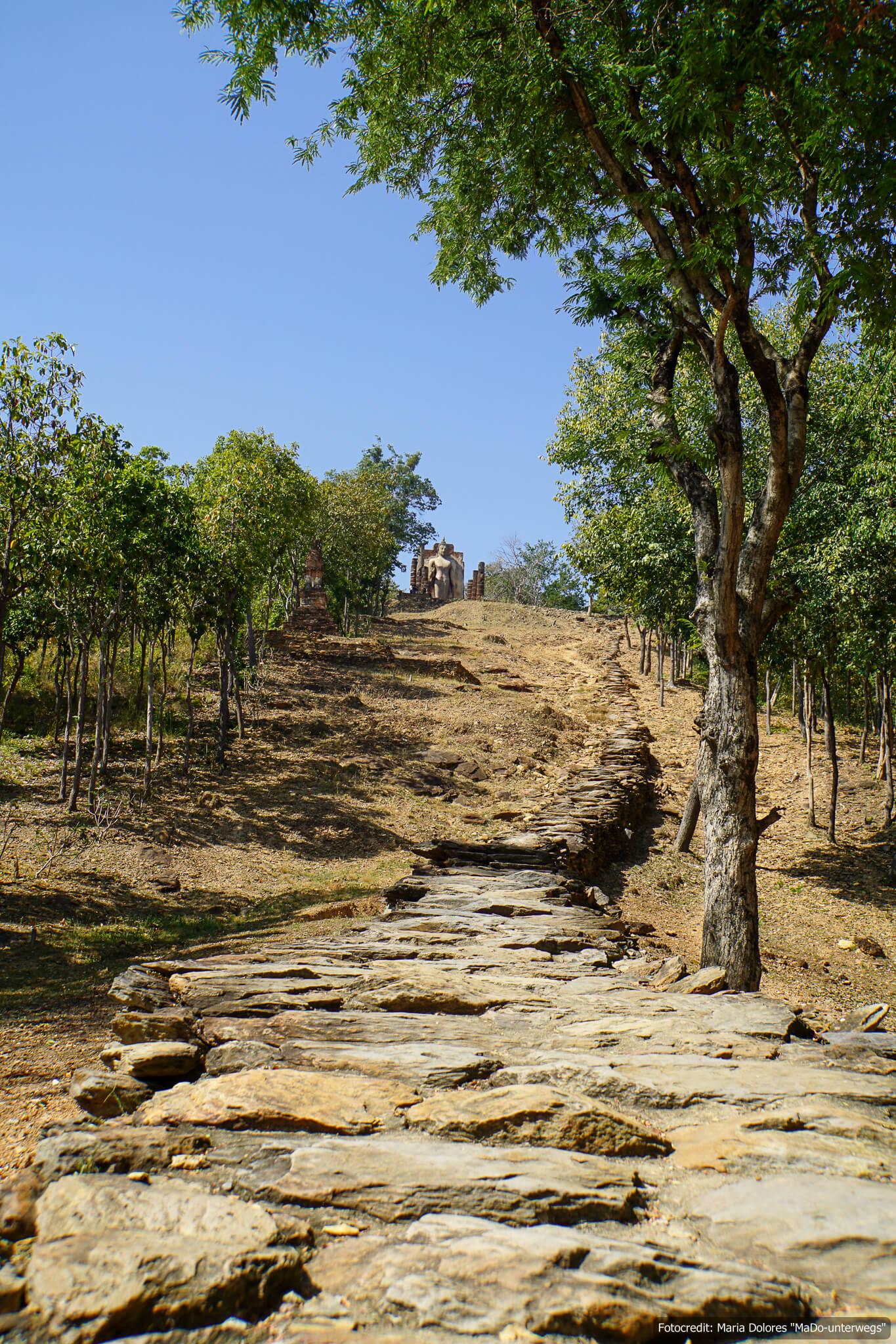 Wat Saphan Hin im Sukhothai Historical Park - Weg (Reisetagebuch «Thailand als Alleinreisende ohne Roller entdecken»)
