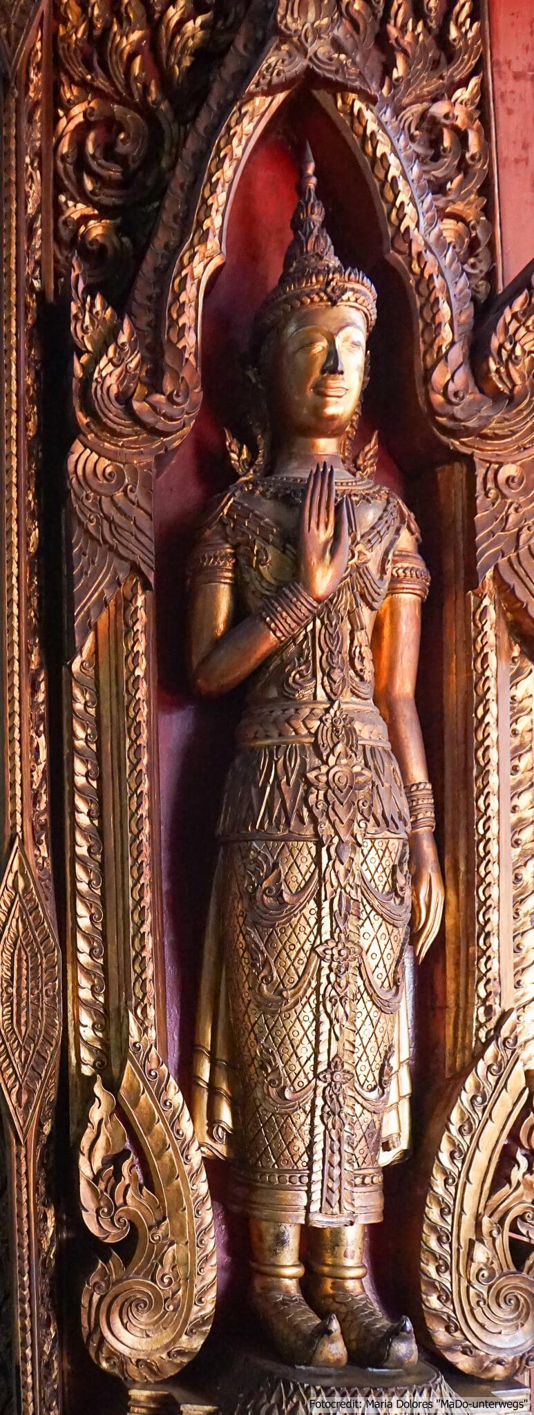 Wat Yai Chai Mongkon in Ayutthaya - Türverzierung (Reisetagebuch «Thailand als Alleinreisende ohne Roller entdecken»)