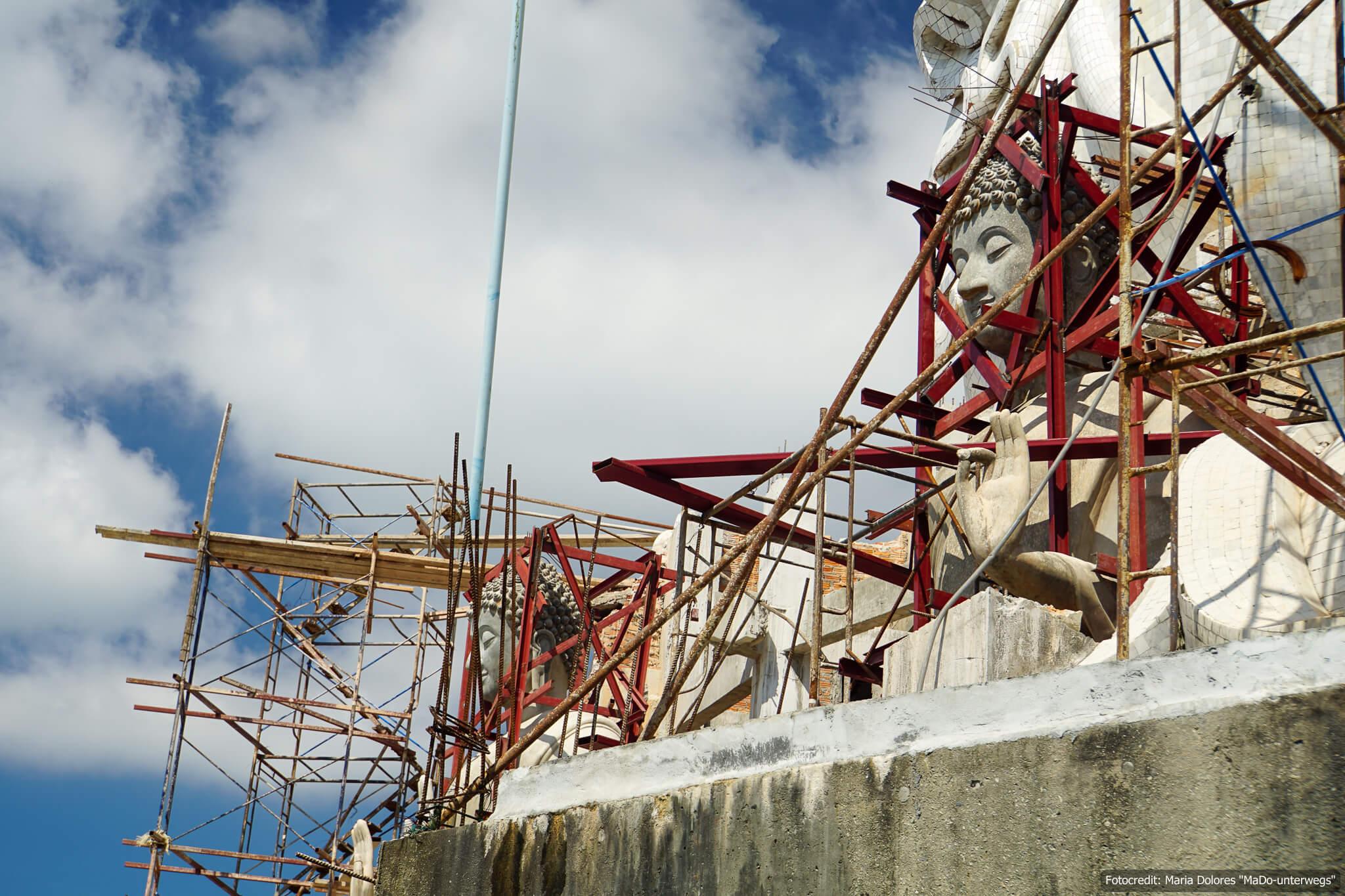 Bauarbeiten beim Big Buddha auf dem Nakkerd Hill in Phuket Chalong (Reisetagebuch «Thailand als Alleinreisende ohne Roller entdecken»)