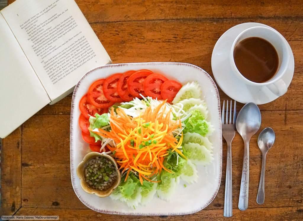 Sunset Bungalow auf Ko Chang Ranong - gemischter Salat und Kaffee, aufgeschlagenes Buch (Reisetagebuch «Thailand als Alleinreisende ohne Roller entdecken»)