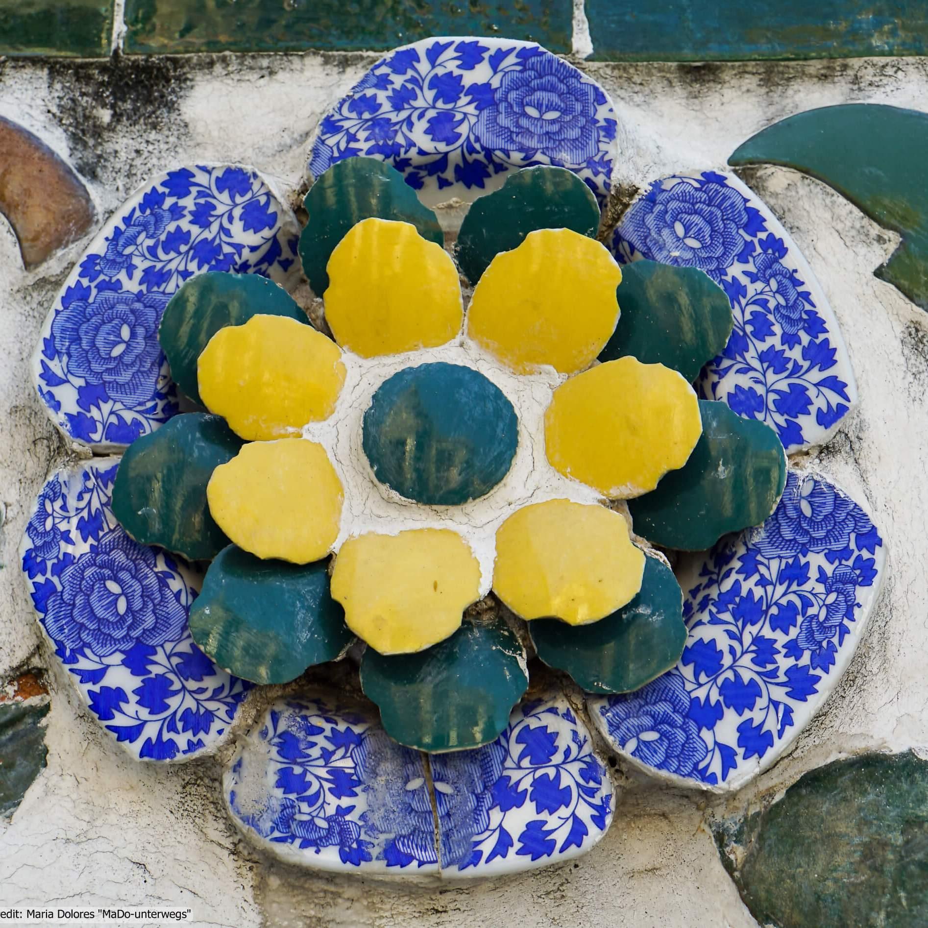 Wat Arun (Tempel der Morgenröte) in Bangkok - Blume aus Porzellanscheiben - Detailansicht (Reisetagebuch «Thailand als Alleinreisende ohne Roller entdecken»)