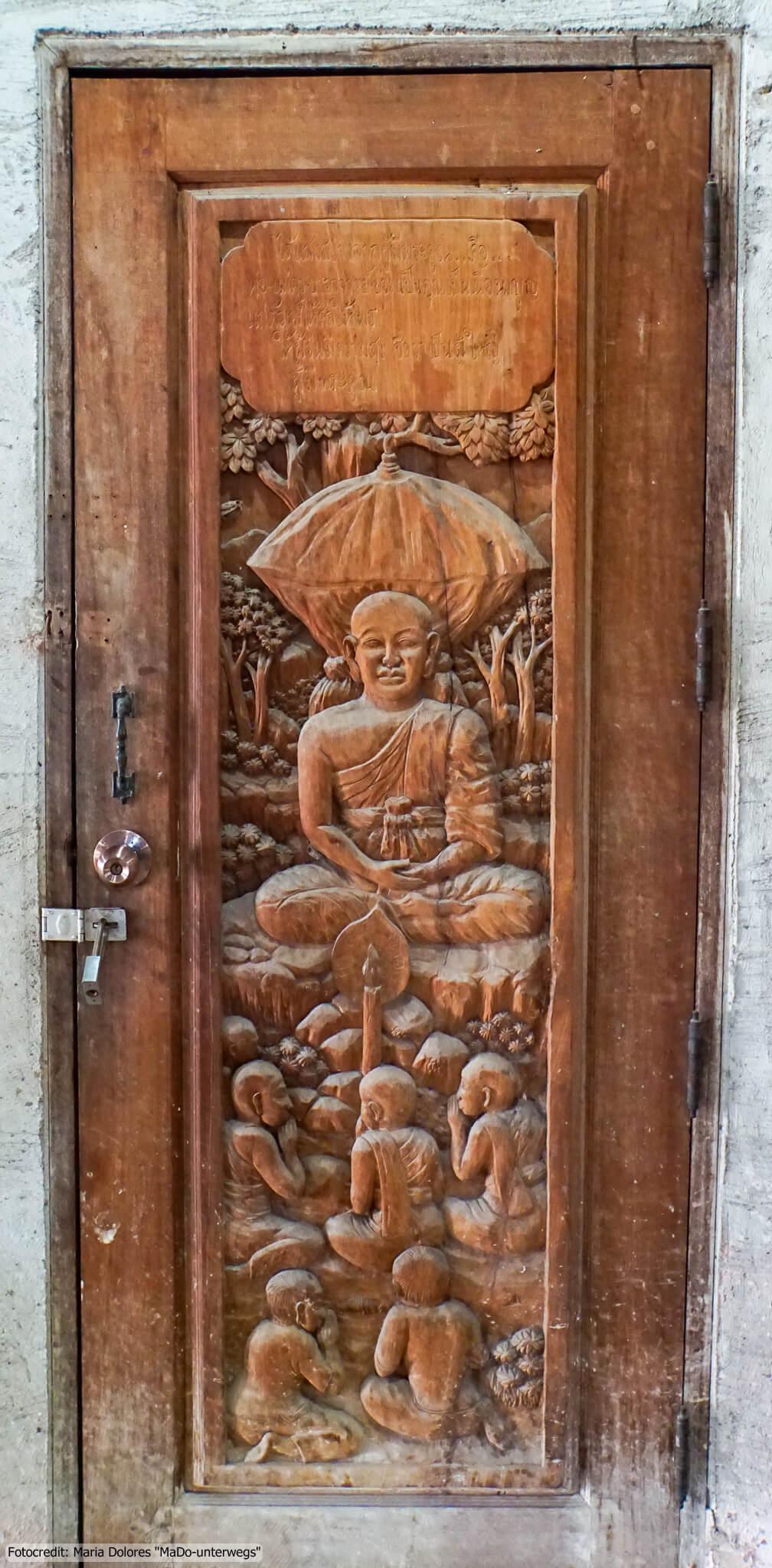 Wat Samphran (Drachentempel) in Nakhon Pathom - Holztüre mit Schnitzereien (Reisetagebuch «Thailand als Alleinreisende ohne Roller entdecken»)
