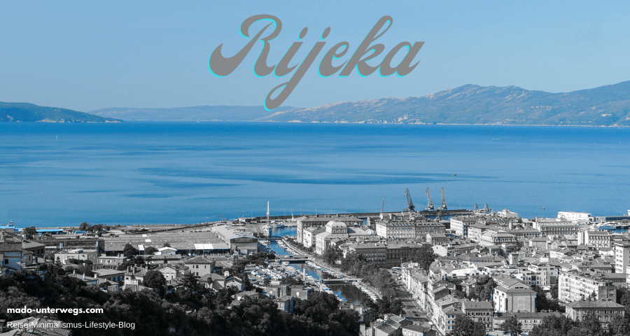 """Ausblick von der Vogelperspektive auf Rijeka mit Hafen und dem Fluss Rječinaos – mit Color-Key-Effekt blau / in der Mitte der Text """"Rijeka"""", links unten der Text """"mado-unterwegs.com"""""""