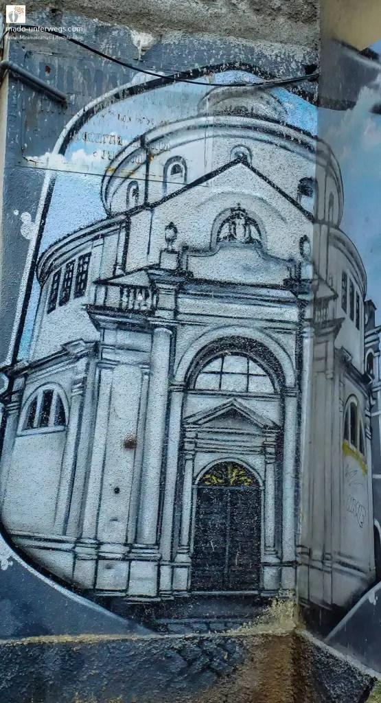"""Street-Art-Mural: Abbildung der Kathedrale des heiligen Vitus – in Rijeka - Kroatien / links oben der Text """"mado-unterwegs.com"""""""