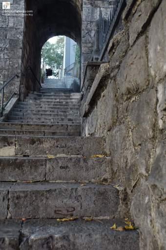 "Stube Petra Kružića (Pilgertreppe zum Fort Trsat) / links oben der Text ""mado-unterwegs.com"""
