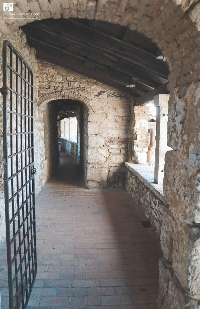 """Wehrgang rund um den Burghof im Fort Trsat in Rijeka / links oben der Text """"mado-unterwegs.com"""""""
