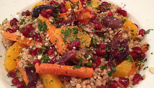 Speltsalat med karamelliserede grøntsager og dukkah - Opskrift
