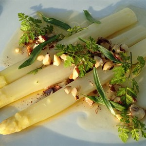 Hvide asparges med brunet smør