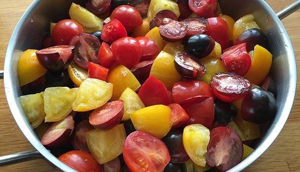 Tomaterne skåret i mindre stykker