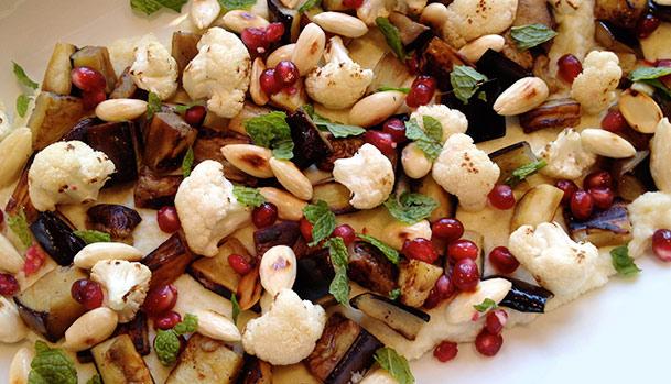 Salat med granatæble, blomkål og aubergine
