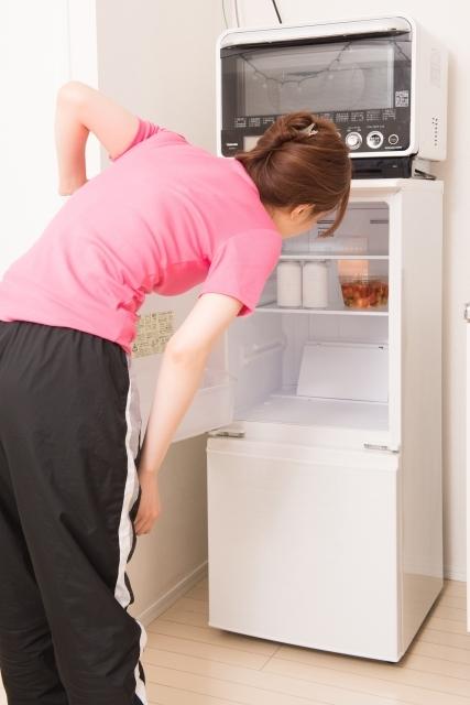 冷蔵庫を覗く女性