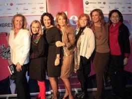 Carmen Mª García, presidenta de FWW, posa junto a Elsa Martí Barceló y otras autoras de 'Mujeres sin Maquillar'.