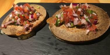 Quekas, quesadillas de chamipiñon en chipotle con pesto de pipas y flor de calabaza