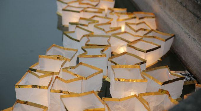 Usera despide las fiestas del Año Nuevo con deseos en forma de farolillos de luz flotantes