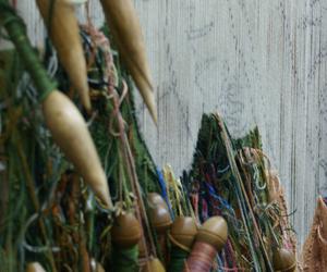 Todavía se siguen tejiendo tapices en telares de alto lizo con la misma técnica que en el XVIII. Foto: RFT