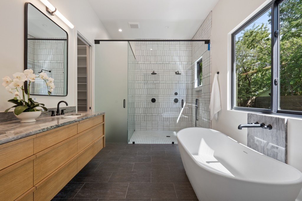Studio Momentum Architects Master Bathroom