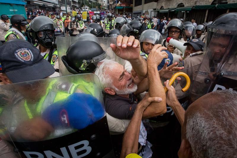 abuelos-ancianos-tercera-edad-jubilados-manifestacion-opositores-protesta-12M-5-01