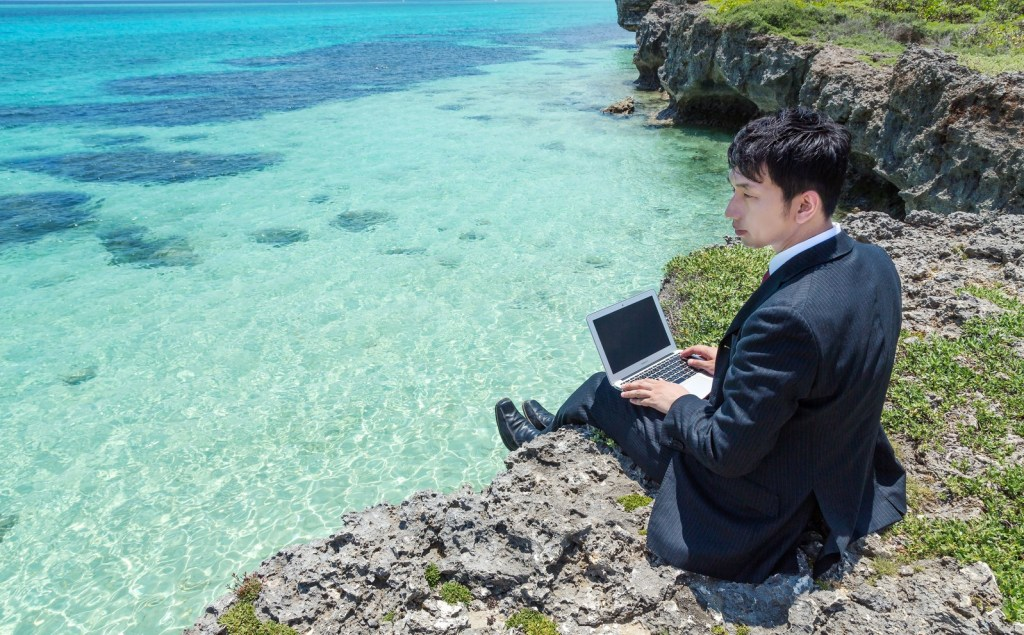 沖縄で悠々自適な生活をする男性
