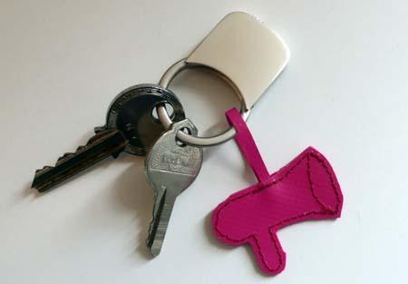 Pinke Flüstertüte als Schlüsselanhänger aus Plane an einen Schlüsselbund mit zwei Schlüsseln