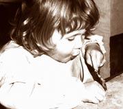 Sepiabild eines kleinen Mädchens beim Spielen