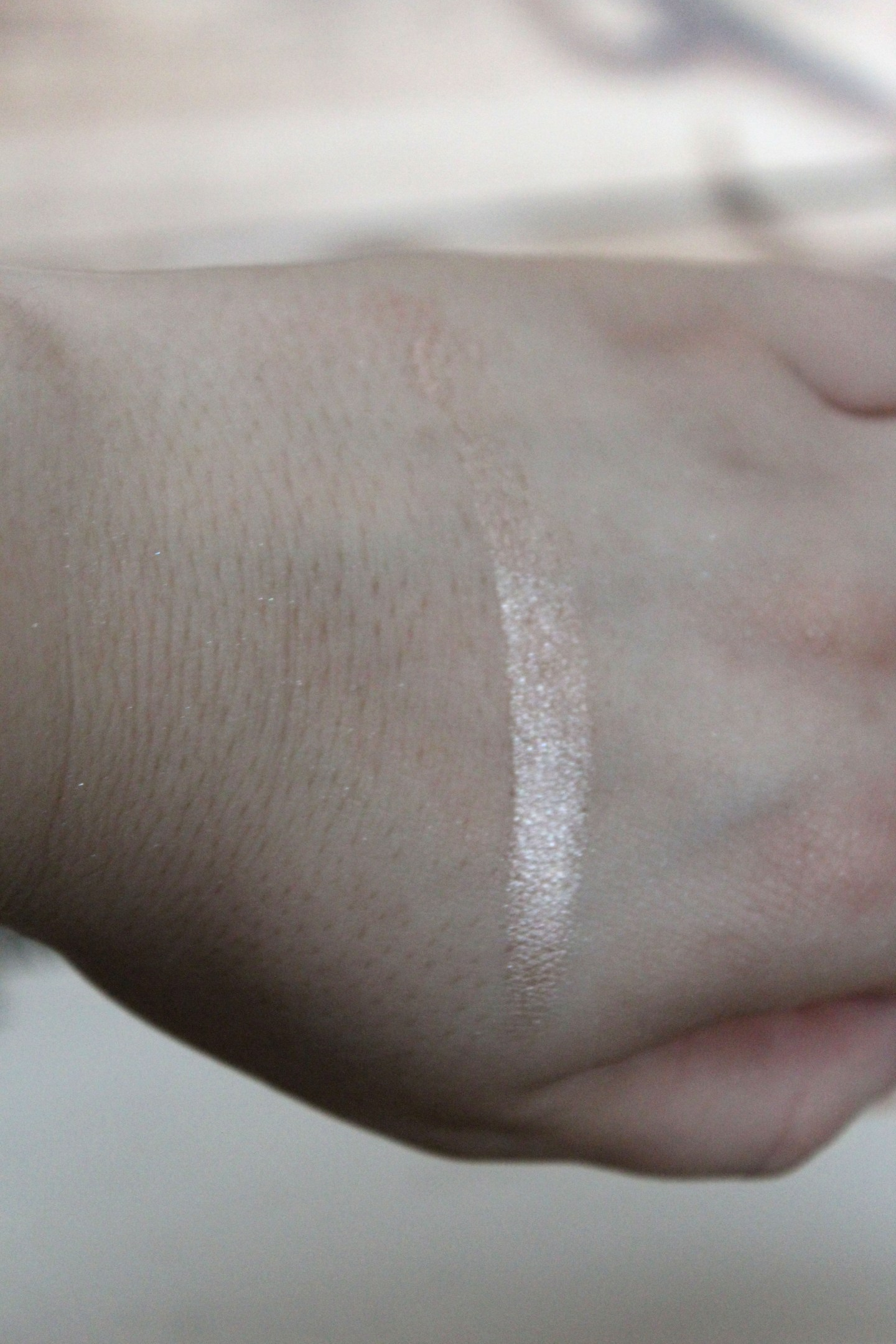 Makeup Revolution Liquid Highlighter Champagne Swatch