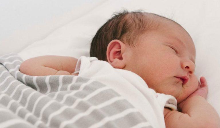 Por que recém-nascidos acordam tanto a noite?